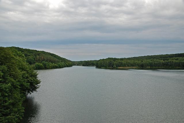 Vue sur les Lacs de l'eau d'Heure depuis le barrage du Ri Jaune