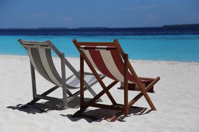 Deux chaises vides pour le sable