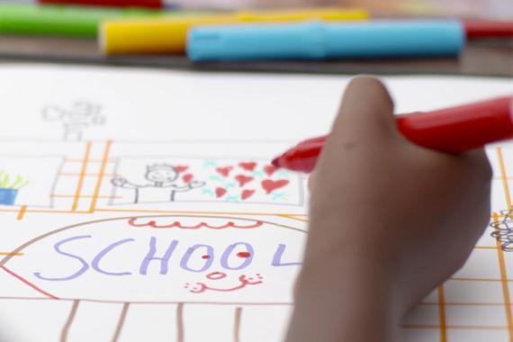 Dessin d'enfant (capture d'écran du clip vidéo du projet Acres of Hope, qui soutient la scolarisation des enfants au Libéria, lauréat de l'édition 2014 de l'ING Solidarity Award