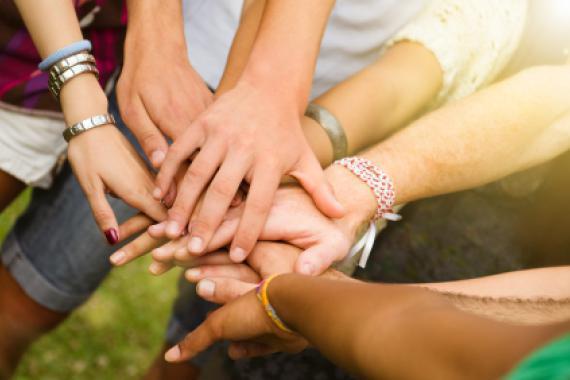 Foule de mains réunie