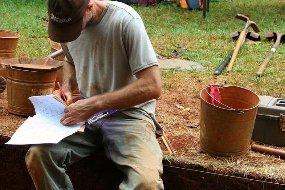 Homme au travail sur un site archéologique
