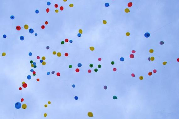 ballons qui volent dans le ciel