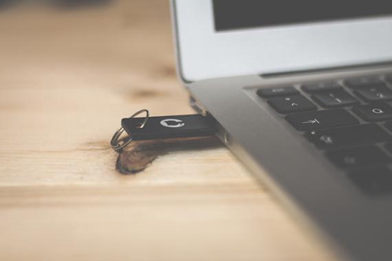 Clé USB branchée à un ordinateur portable