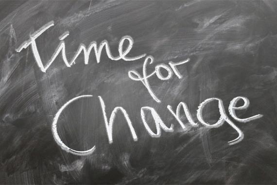 """Slogan """"Time for change"""" écrit à la craie sur un tableau noir"""