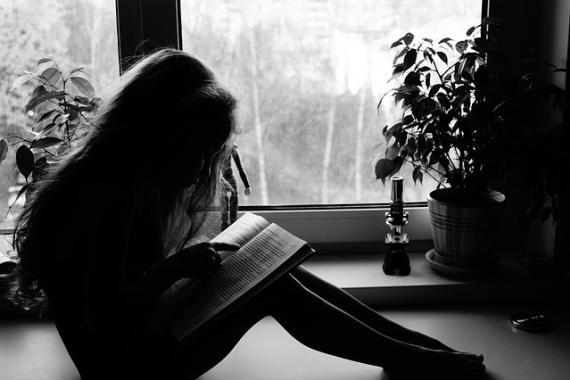 Enfant (fille) en train de lire un livre