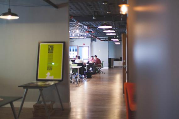 Groupe personnes au travail dans les locaux d'une entreprise
