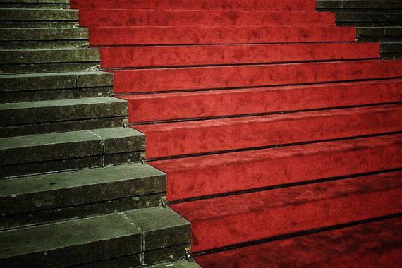Escalier en pierre recouvert par un tapis rouge