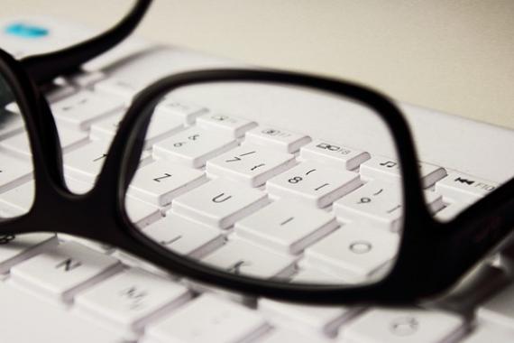 Lunettes posées sur un clavier d'ordinateur