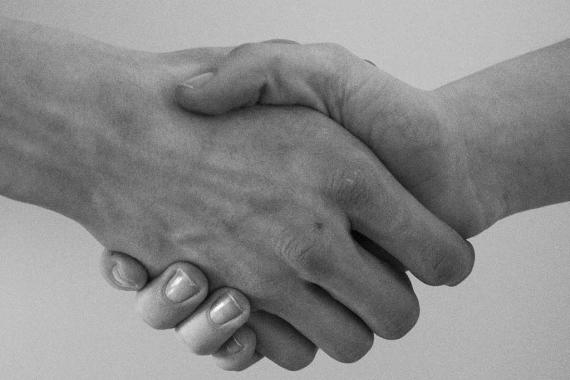 Deux mains qui se serrent
