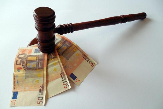 Billets de banque (€) sous un marteau de la justice