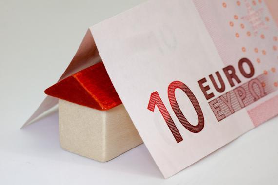 maison équipée d'un toit en billet de 10 euros