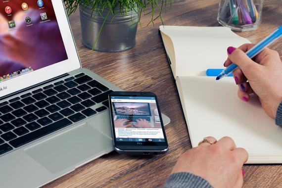 Téléphone portable posé sur un clavier d'ordinateur portable