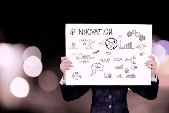 Personne tenant une pancarte Innovation
