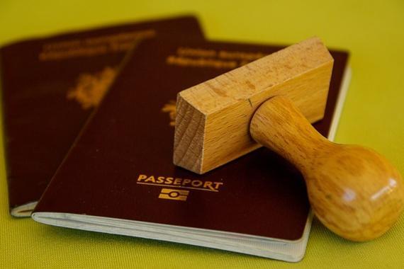 Cachet en bois posé sur deux passeports