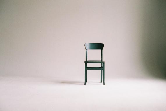 Une chaise dans une salle vide