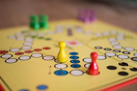 Pions disposés sur un plateau de jeu de société