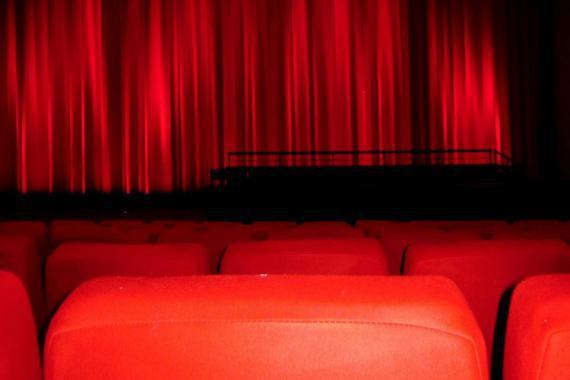 Salle de spectacle (sièges et rideau rouge)