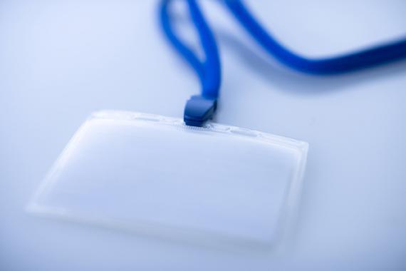 Badge attaché à un cordon