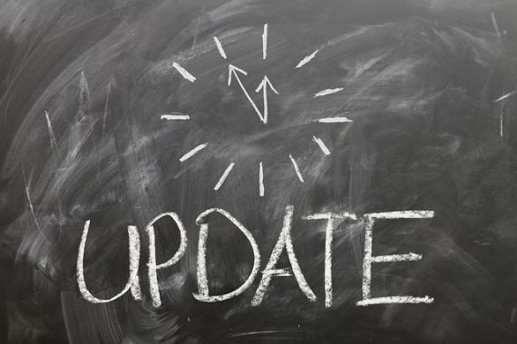 Horloge dessinée à la craie sur un tableau noir, accompagnée de la mention : update