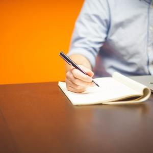 Homme qui écrit sur un cahier