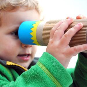 Enfant en train de regarder dans un kaleidoscope
