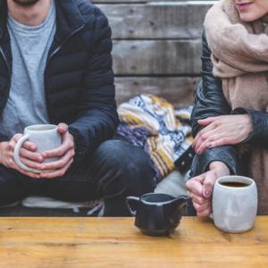 Deux personnes devant un café
