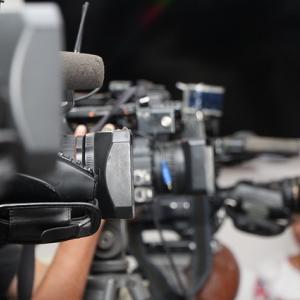Rangée de caméras lors d'une conférence de presse