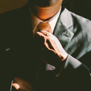Homme en costume cravate