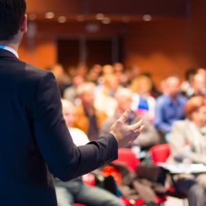 Conférence : orateur devant une assemblée