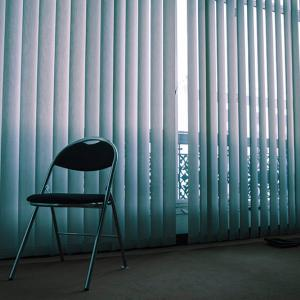 Chaise dans une pièce vide