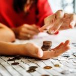 Don d'argent dans une main