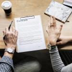 Deux personnes signent une fin de contrat