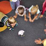 Enfants qui jouent à un jeu
