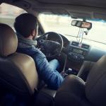 un homme dans une voiture