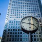 Horloge devant bâtiment