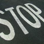 Tarmac sur lequel la mention stop est peinte
