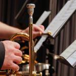 Homme tenant une trompette dans un orchestre