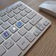 Clavier d'ordinateur reprenant les icônes emblématiques de Facebook
